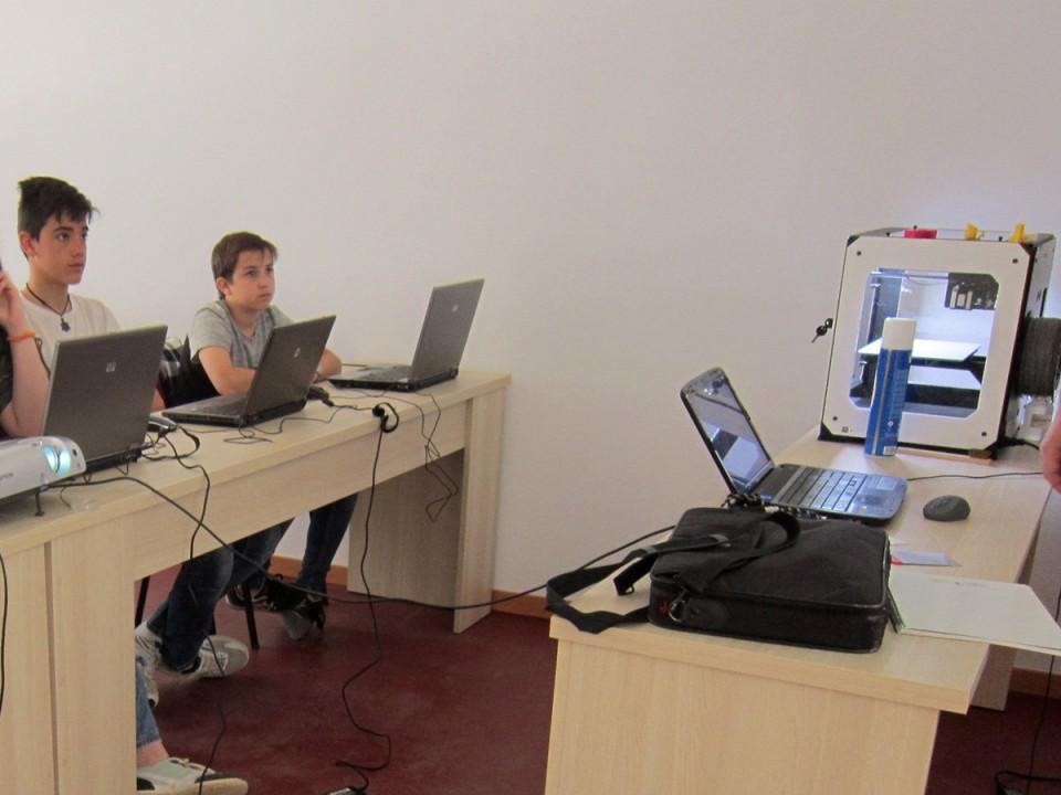 15 jóvenes participaron en el taller de impresión en 3D