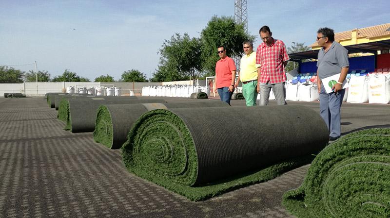 Comienzan los trabajos de sustitución del césped artificial del campo de fútbol