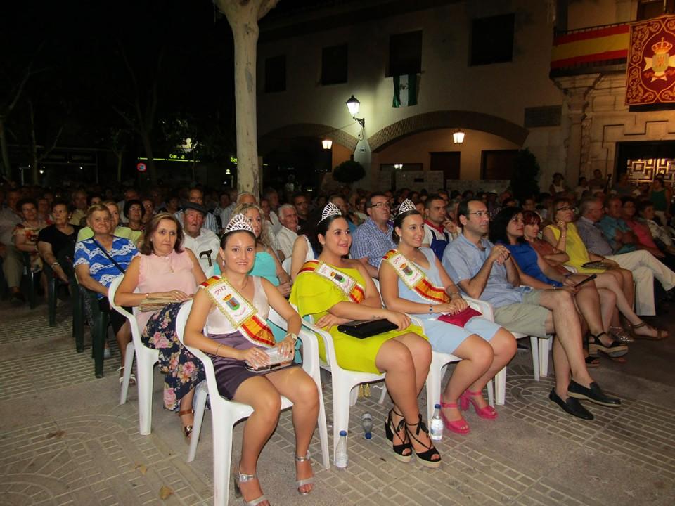 Noche de flamenco en una plaza abarrotada