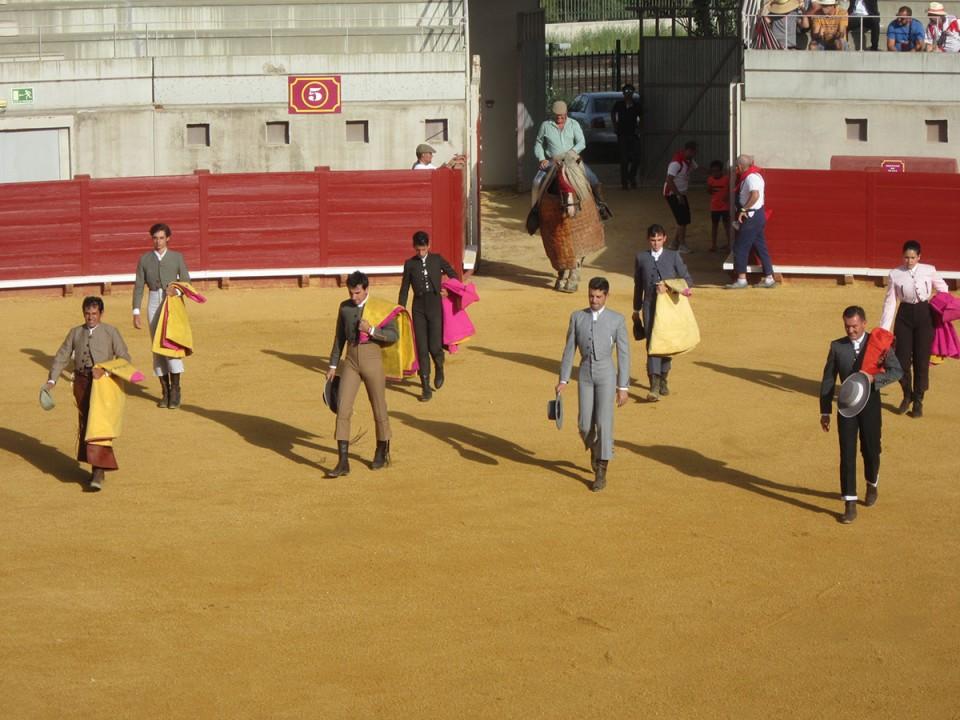 Jamón, jóvenes promesas del toreo, peñas y copla en el penúltimo día de Feria
