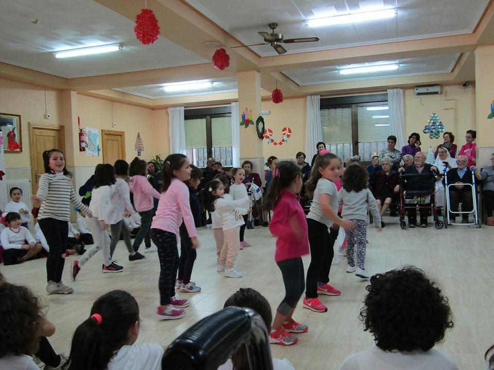 Visita de las alumnas pequeñas de Sala a la residencia de mayores