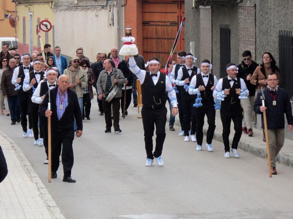 Los Danzantes del Cristo de la Viga han ofrecido su danza, dichos y chascarrillos en la ermita de la Virgen