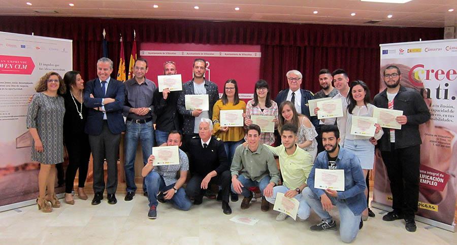 Entrega de diplomas a alumnos de cursos de piloto de drones y de emprendimiento