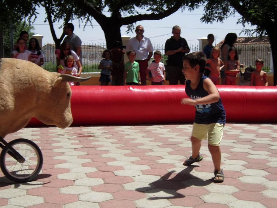 Gran mañana de Feria con el Día del Ausente y los encierros infantiles y las tapas de huevos con salchichas en el Baile del Vermú