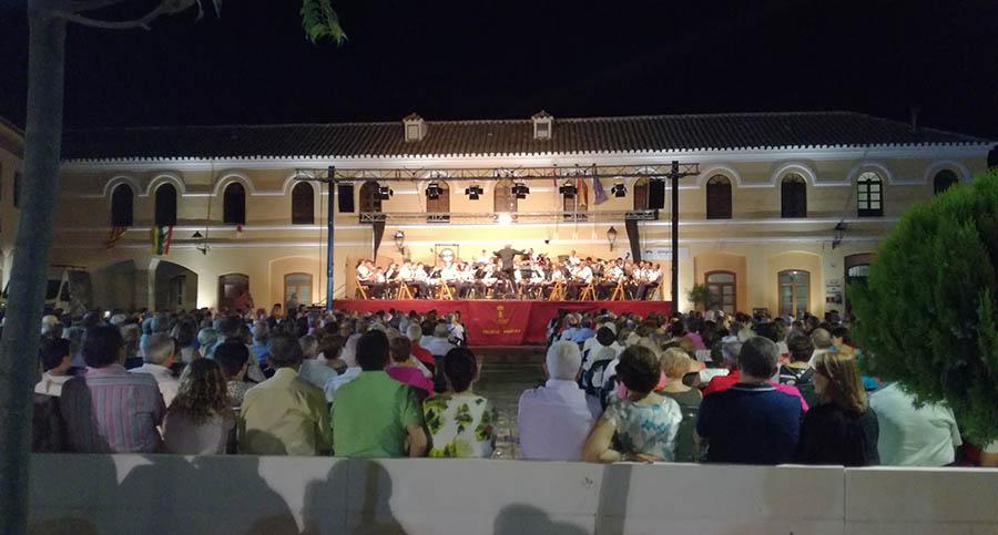 Completo lunes de Feria con vino, jamón, recortadores y música