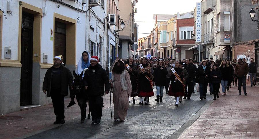 Pastores y pastoras acompañaron a la Sagrada Familia en su bajada al Portal y le ofrecieron sus presentes