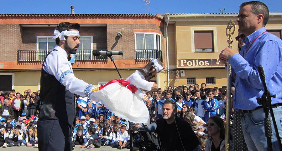 Los Danzantes del Cristo de la Viga han ofrecido su danza en la ermita de la Virgen