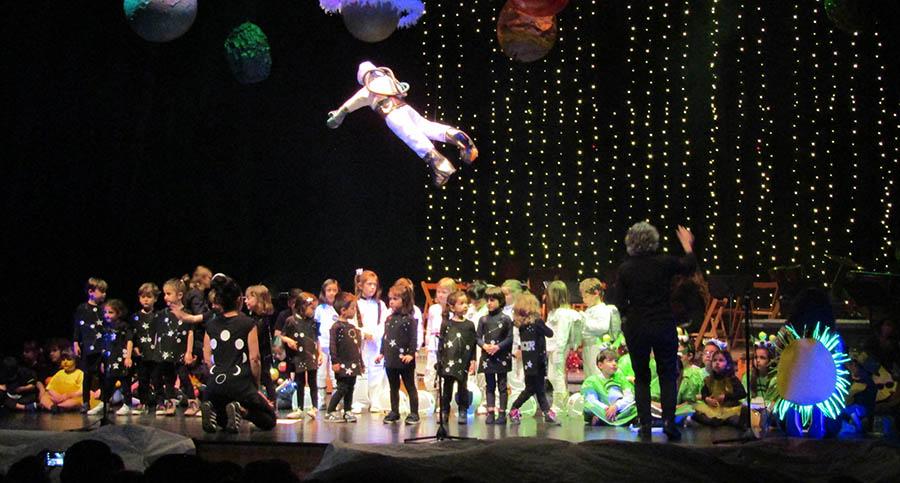 Vistoso concierto de primavera de la Escuela Municipal de Música sobre el Universo