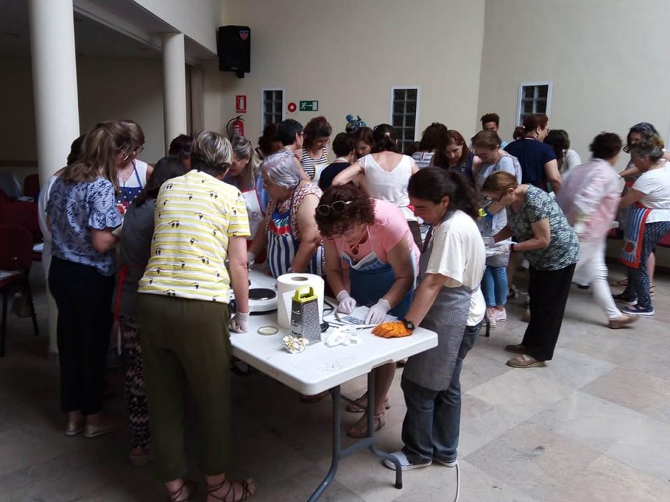 Una veintena de personas aprenden a crear jabones artesanos y terapéuticos