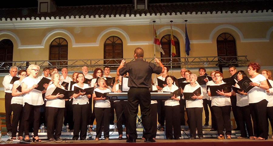 """Una """"Armonía de Verano"""" llenó de música coral la plaza de España de Villacañas"""