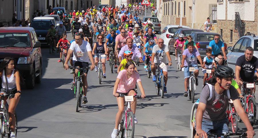 700 personas de todas las edades pasearon en bicicleta por las calles de Villacañas
