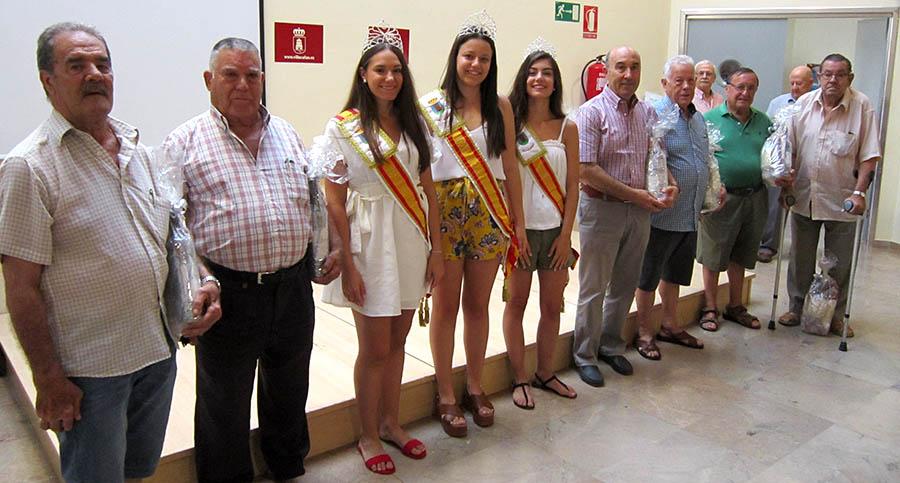 Los mayores del Centro de Día reciben sus premios de los campeonatos de Feria