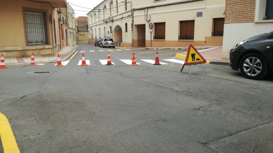 Trabajos de bacheo y señalización viaria en distintas calles de la localidad