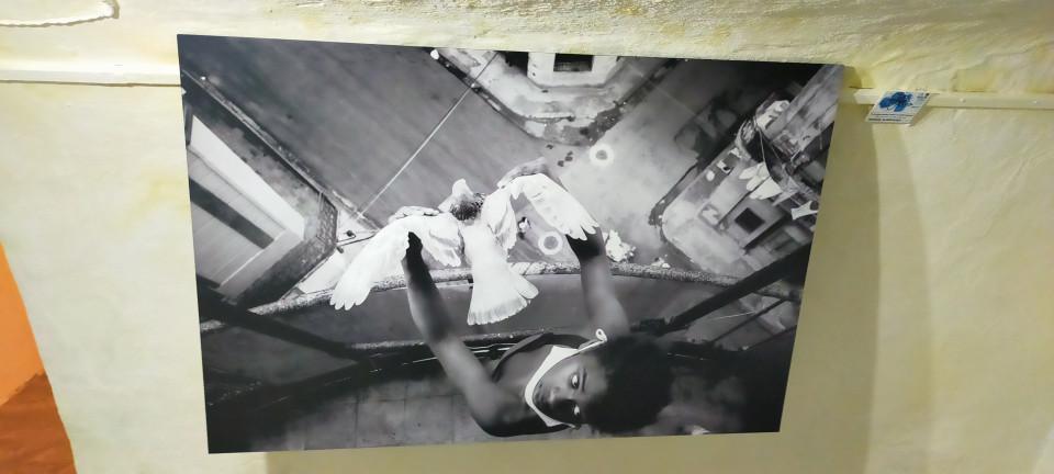 Arte contemporáneo internacional en las paredes de las habitaciones de un silo en Villacañas